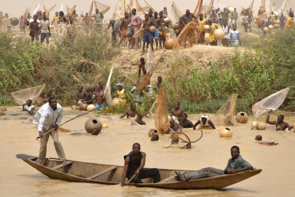 fishermen-racing-into-the-water-in-argungu